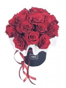 Алые розы в средней коробке