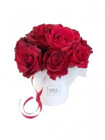 Красные розы в маленькой коробочке