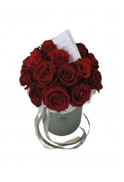 Строгое сочетание красных роз и серой коробки