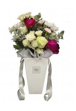 Воздушный букет с пионами, розами и хризантемой