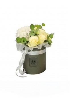 Коробка размера L c белыми розами