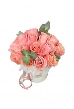 Нежно-розовые розы в тандеме с эвкалиптом