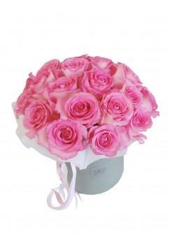 Розовые розы в средней коробке