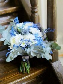 Букет невесты с розами в синей гамме.